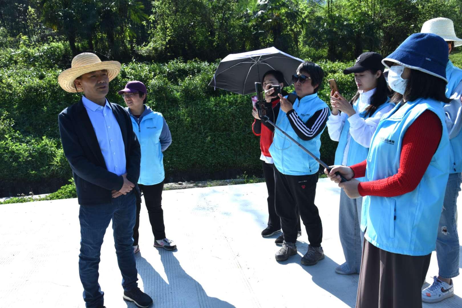 陕西熙园生态农业有限公司法人徐寿炳向直播间的网友介绍了自己的创业故事,带网友看茶园。