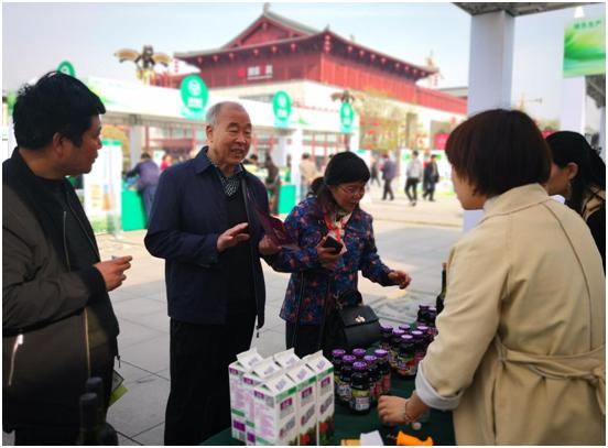 2019年绿色食品宣传月活动,市民现场选购绿色食品
