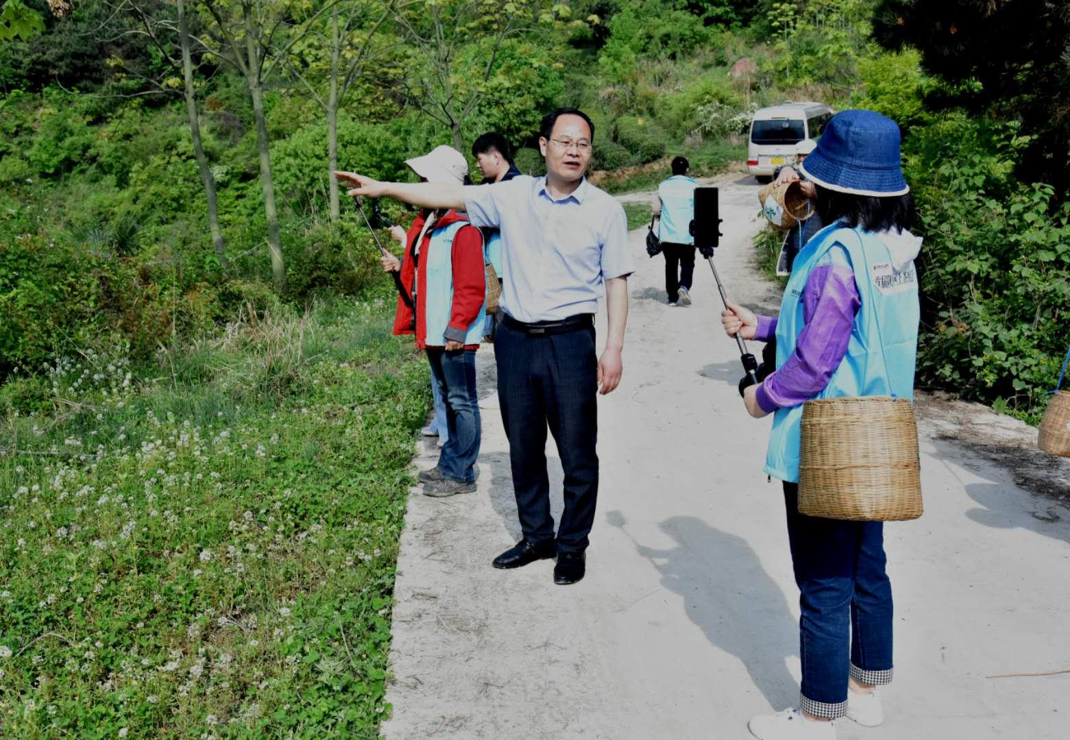 鹏翔茶业董事长段成鹏在直播中向网友介绍茶叶