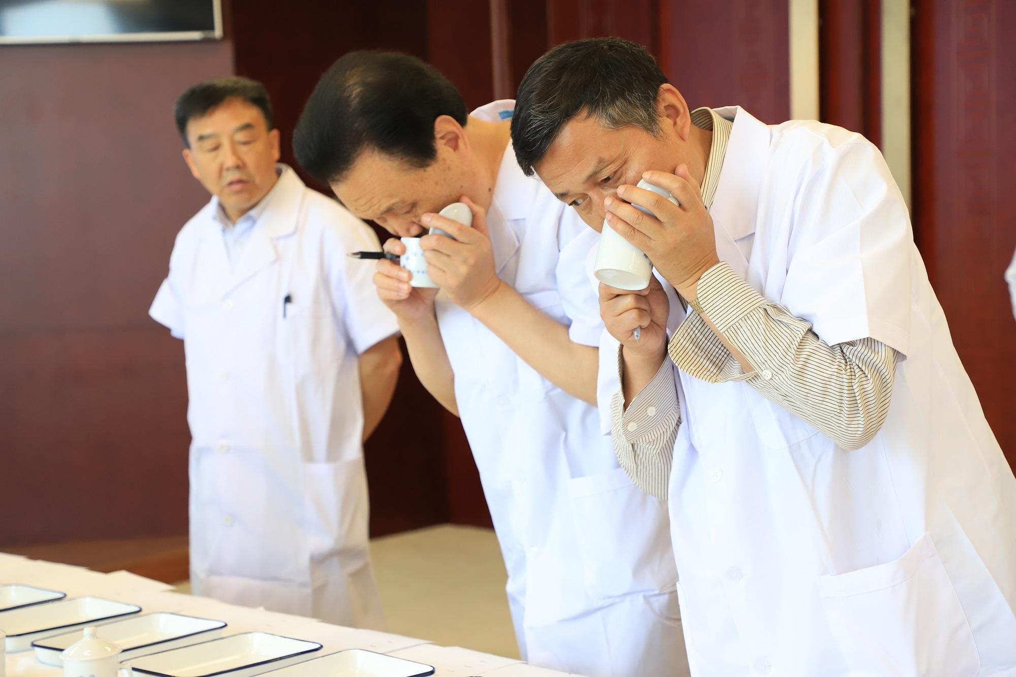 """首届陕西网上茶博会优质茶叶""""盲评""""评审环节现场"""