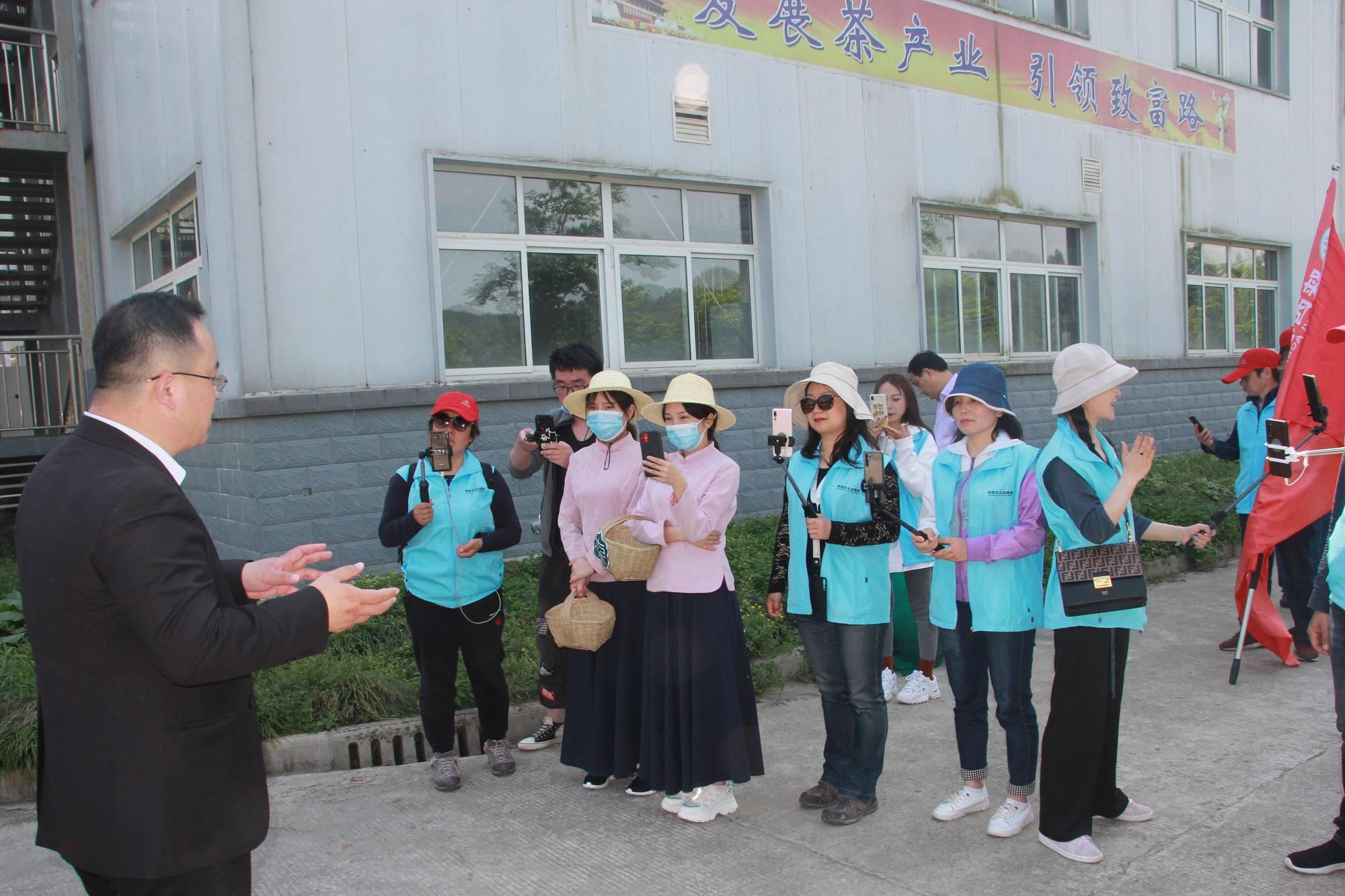 东裕生物科技有限公司执行总经理苏一然向网友介绍发明专利